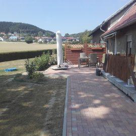 Anlegen einer Terrasse mit Bodenspots und Sichtschutz und Erweiterung eines Parkplatzes